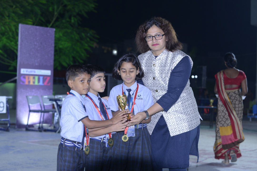 cbse-schools-in-amravati-students-taking-trophy
