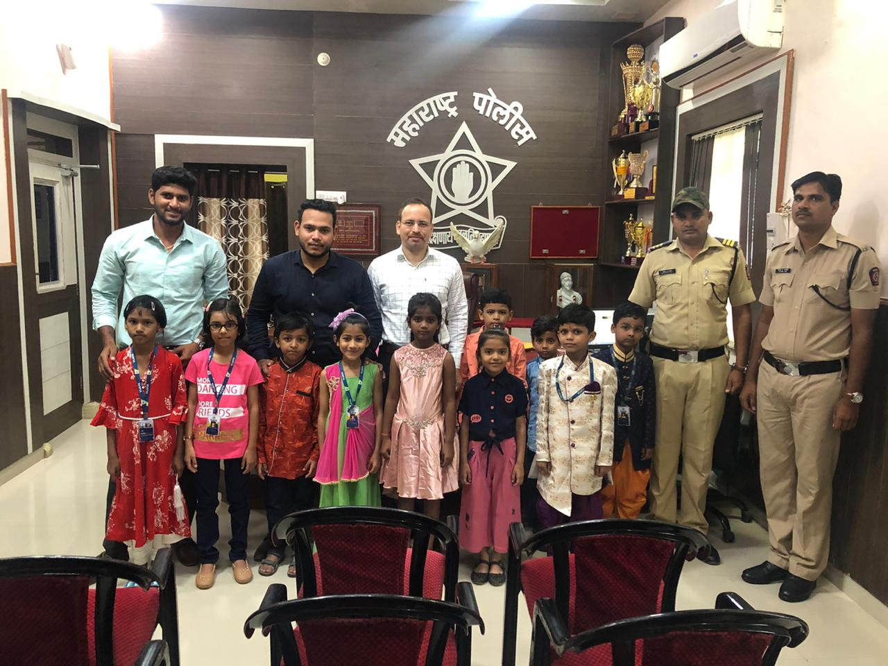 group-photo-with-police-officer-and-some-vijaya-convent-sutdents