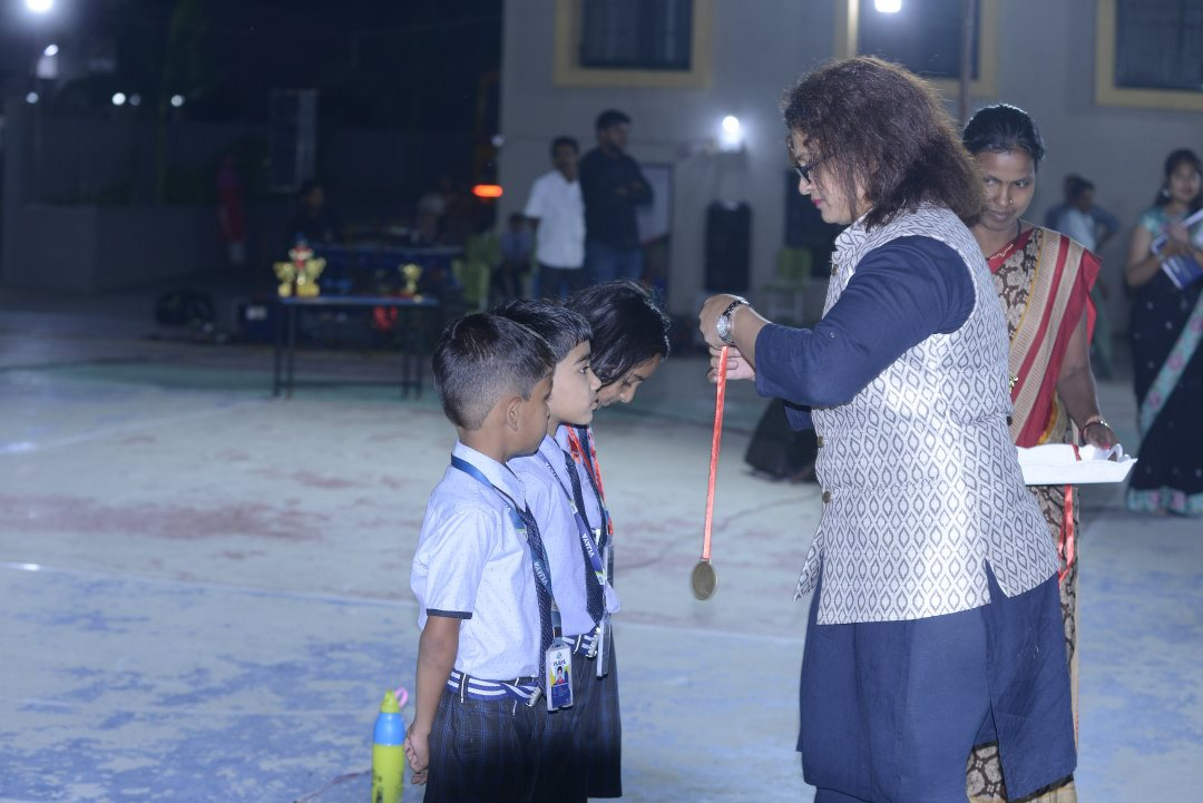 top-convent-school-in-amravati-students-taking-trophy